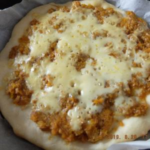 フライパンでピザを焼く