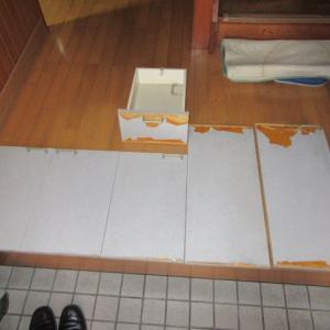 アパート 流し台の扉 修理中