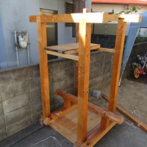 木製の倉庫を仮組み立て