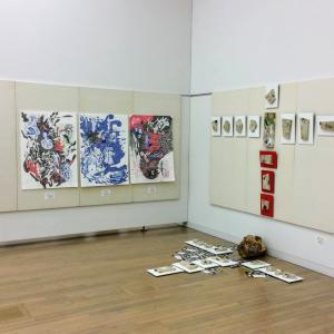 日本アンデパンダン展に出品しました。左端のボールペン画です。