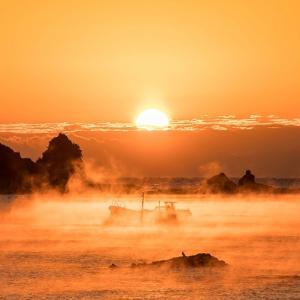朝焼けと霧が演出する神々しい絶景「田原の海霧」和歌山の冬の風物詩