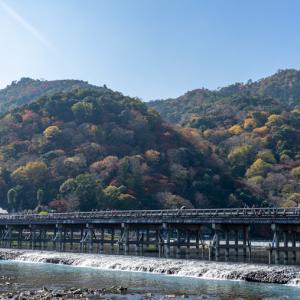 嵐山の象徴「渡月橋」桜や紅葉などの見どころ、アクセス・駐車場情報をご紹介