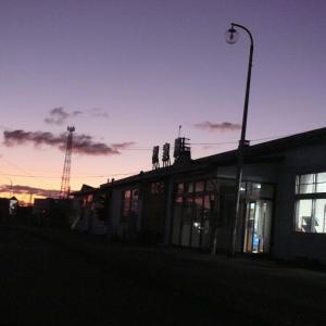 朝日昇る花咲線始発列車は流氷物語ラッピング青