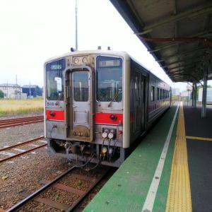 紅白編成の花咲線いつもの列車で観光気分