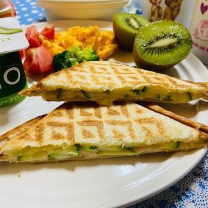 今日の朝食 ズッキーニのホットサンド