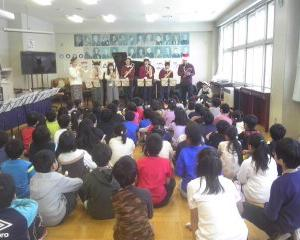 道北おとぼけキャラバン「学生楽団」を旭川市立近文小学校で実施