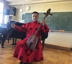 ゲストティーチャーとしてモンゴルの音楽の実演に
