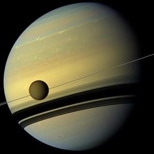 予測よりも速いスピードだった! 衛星タイタンは年間11センチも土星から遠ざかっている