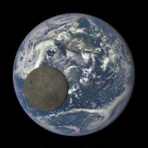 """なぜ、月は表側と裏側で地質的に非対称なのか? """"海""""と呼ばれる領域が火山活動を活発にさせていたようです。"""