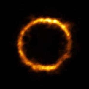 かき乱されて混とんとした状態にあるはず… 初期宇宙に見つけたのは、整った姿をした赤ちゃん銀河だった!