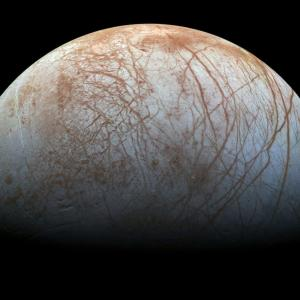 衛星エウロパは表面の化合物と木星の放射線により発光しているかもしれない