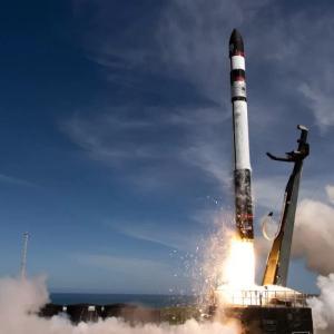 """一番の理由は打ち上げ頻度の向上! ロケットラボ社が超小型ロケット""""エレクトロン""""の回収試験に成功。"""