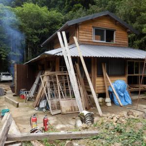 山小屋は電気・給排水工事の打合せが進んでます。