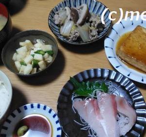 白菜と豚肉の煮物、ぶりの刺身、厚揚げのポン酢生姜がけ、長芋とオクラの柚子ポン酢和え、味噌汁