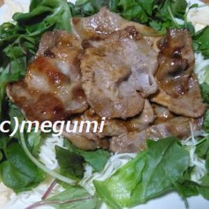 ケンタロウさんの生姜焼き&ブロッコリー、海老、ゆで卵のサラダ