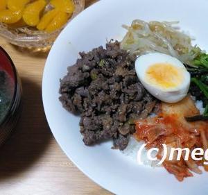 家族全員が食べてくれる焼肉丼はゆで卵、もやし、ほうれん草、キムチをトッピング