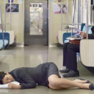 【情報過多】【de】【ツッコミ満載】米国女性さん、電車内でピザをぶちまけてしまうって!??wwwxwwwxwwwxwwwx
