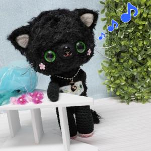 黒猫くん♪後ろに何か隠してる???