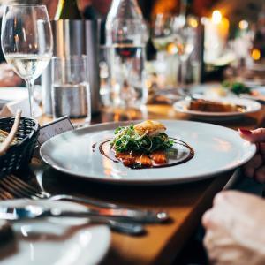 【保存版】アメリカのレストランで食事をする方法【チップ解説】