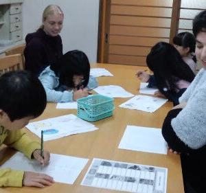 土曜スクールで学ぶ子どもたちの様子