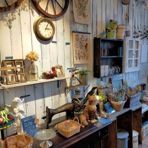 街の素適なカフェと小さな雑貨屋さん。