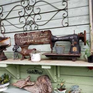 庭の棚に古いミシンを置いてみた。そしてきつねさんも~
