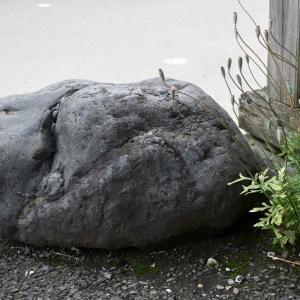 子育て地蔵と石