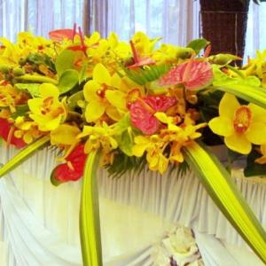 アダンの実も加えたメインテーブル装花