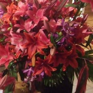濃いピンク百合と赤ドラセナでシックな舞台花