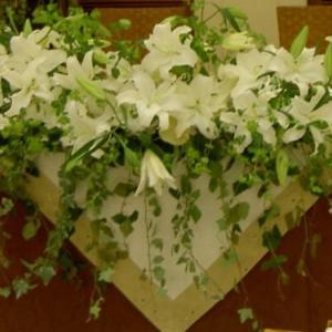 白百合とグリーンでベーシックな披露宴装花