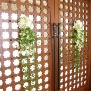 結婚式場のドアやサイドにも生花のアレンジ