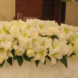 白いアマリリスのメインテーブル装花