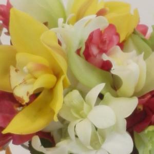 バラやモカラを散らした卓上装花