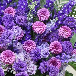 ダリアやトルコキキョウで青紫色のスタンド花