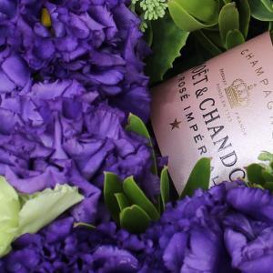 シャンパンを青とグリーンの花でグレードアップ