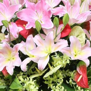 百合とアンスリウムメインのスタンド花