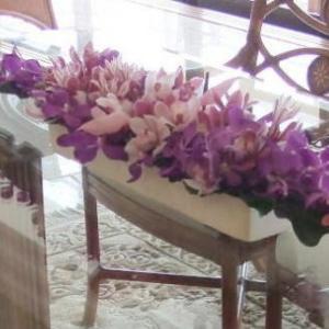 シンビジウムとモカラを合わせたテーブル装花