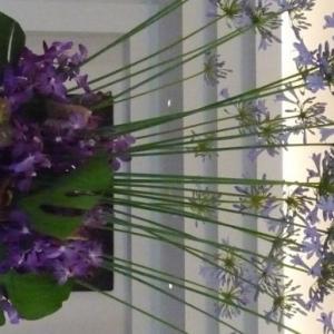 アガパンサスとモカラを合わせたロビー装花