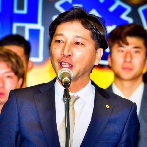 <写真>キャンプ出発で挨拶する「木山新監督」(仙台空港)