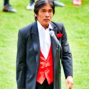 <写真>Jリーグ開幕戦(仙台vs名古屋)で「国家独唱」をする『松崎しげる』