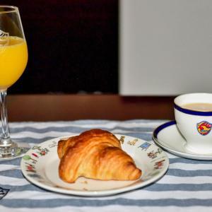 朝食は「ティー・オーレ」「オレンジジュース」「バター・クロワッサン」で