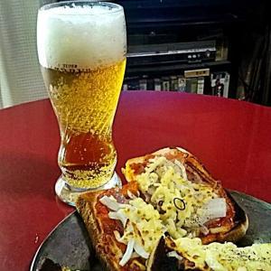 トマトソースに凝ったピザトーストとニンニク・チーズトーストのお昼