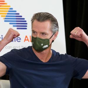 6月15日に経済活動全面再開 マスク着用の義務は継続