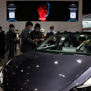 上海国際自動車ショーでテスラに抗議 同社の対応に非難