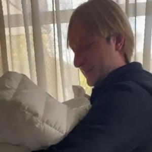 エフゲニー・プルシェンコは生まれたばかりの息子との感動的な動画を公開した