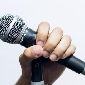カラオケデートで何歌う?ラブソングのオススメ12選【男性編】