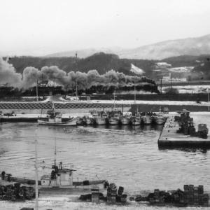 昭和48年蒸気機関車C57 登別駅近くの漁港を入れて