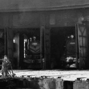 昭和50年蒸気機関車19650 追分機関区の機関庫の中に