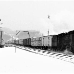 昭和49年蒸気機関車D51 登別駅ホームで貨物を撮影