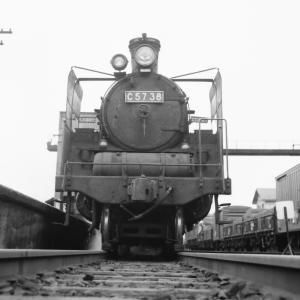 昭和48年蒸気機関車C5738 追分駅で線路に降りて撮影